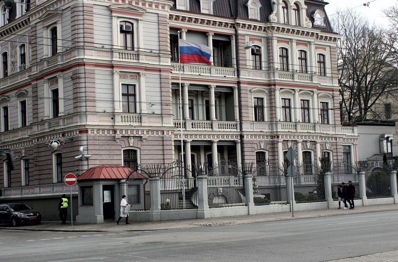 """Rusijos ambasada Rygoje. Gederto Gelzio (""""Reuters"""" / """"Scanpix"""") nuotr."""