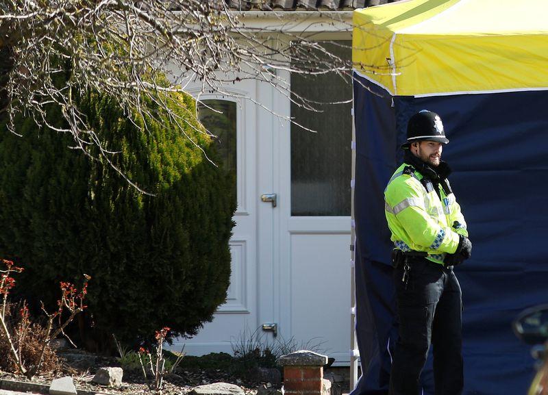 """Policijos pareigūnas prie Sergejaus Skripalio namų Jungtinėje Karalystėje. Peterio Nichollso (""""Reuters"""" / Scanpix"""") nuotr."""