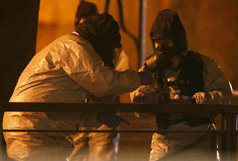 """JK tarnybų pareigūnai dirba vietoje, kurioje apnuodyti rasti Skripaliai. Henrio Nichollso (""""Reuters"""" / """"Scanpix"""") nuotr."""