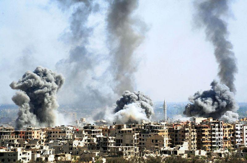"""Sirijos kariuomenės bombarduojamas Dumos miestas. Ammaro  Safarjalani (""""Xinhua""""/ """"Scanpix"""") nuotr."""