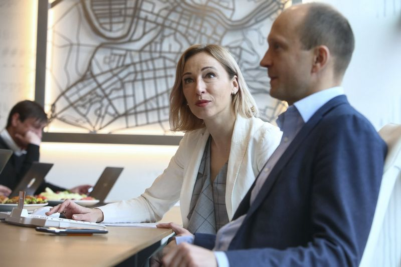 """""""Swedbank"""" Finansų instituto vadovė Jūratė Cvilikienė ir banko ekonomistas Nerijus Mačiulis. Vladimiro Ivanovo (VŽ) nuotr."""