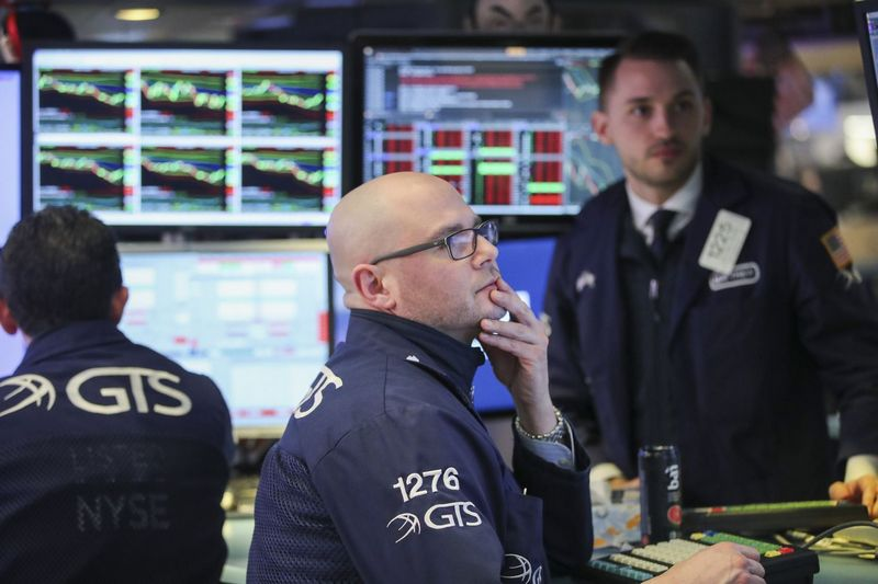 (180406) -- NEW YORK, April 6, 2018 (Xinhua) -- Traders work at the New York Stock Exchange in New York, the United States, on April 6, 2018. The Dow Jones Industrial Average erased 572.46 points, or 2.34 percent, to 23,932.76. The S&P 500 decreased 58.37 points, or 2.19 percent, to 2,604.47. The Nasdaq Composite Index was down 161.44 points, or 2.28 percent, to 6,915.11. (Xinhua/Wang Ying)  - Wang Ying -//CHINENOUVELLE_10300053/Credit:CHINE NOUVELLE/SIPA/1804071100