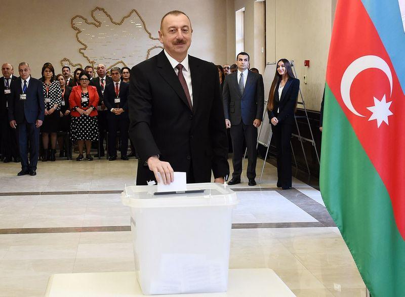 """Ilhamas Alijeva, Azerbaidžiano prezidentas, atidavė savo balsą sostinėje Baku. Vugaro Amrullajevo (""""Pool"""" / """"Reuters"""" / """"Scanpix"""") nuotr."""