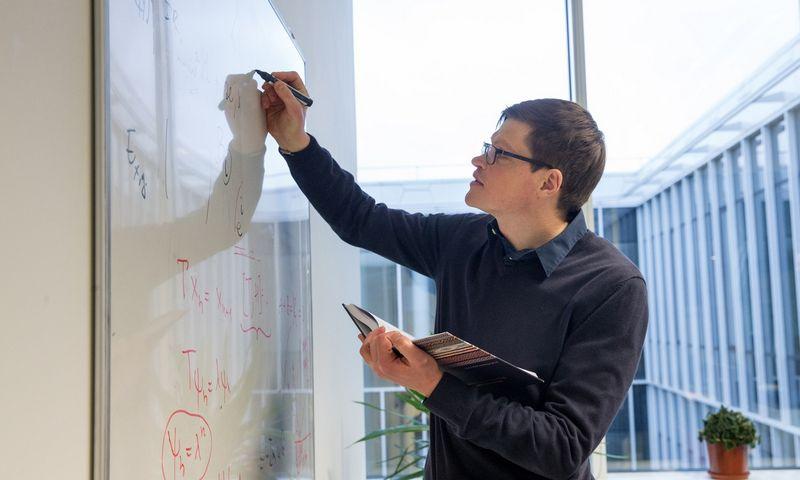 """Audrius Alkauskas, Fizinių ir technologijos mokslų centro vyriausiasis mokslo darbuotojas: """"Patys talentingiausi žmonės svajoja dirbti ne kam nors, o sau. Jeigu pritrauktume daugiau naujų talentingų profesorių ir suteiktume jiems laboratorijas ir finansinių resursų pradėti čia savo tyrimus, kurti kokybišką mokslą, būtų proveržis."""" Juditos Grigelytės (VŽ) nuotr."""
