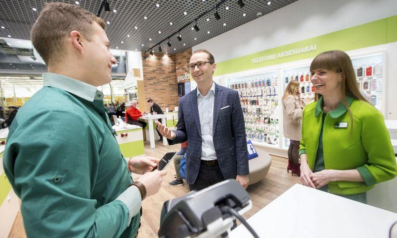"""Giedrius Skliutas (viduryje), """"Bitės Lietuvos"""" pardavimų vadovas, teigia, kad darbuotojų amžius ir jaunatviškumas yra du skirtingi dalykai. Juditos Grigelytės (VŽ) Nuotr."""