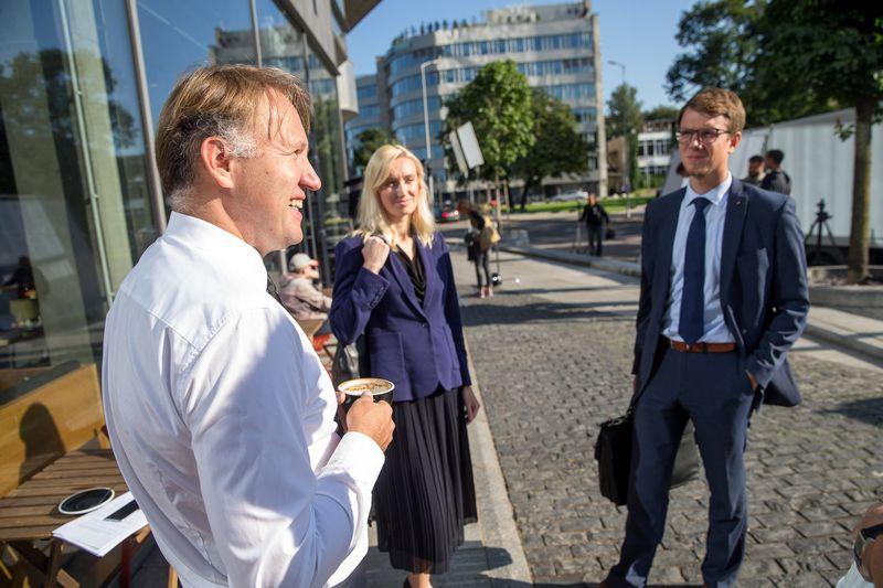 """Kairėje Tomas Vitkus, UAB """"Tieto Lietuva"""" generalinis direktorius, dešinėje – Paulius Vertelka, """"Infobalt"""" direktorius. Vladimiro Ivanovo (VŽ) nuotr."""