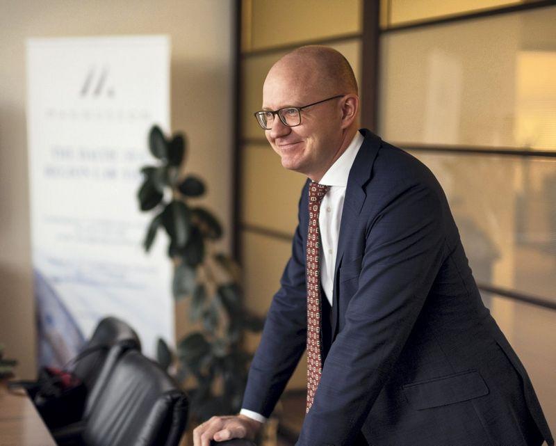 """""""Užgesinti vertę kuriančio darbuotojo norą nederamai elgtis galima labai aiškiai ir detaliai darbo sutartyje aprašius, kas yra komercinė paslaptis, ką ir kaip ji saugo"""", -  užkirsti kelią nesąžiningai konkurencijai pataria Marius Liatukas, advokatų kontoros """"Magnusson"""" partneris. Ryčio Galadausko nuotr."""