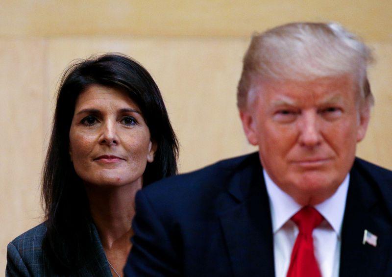 """JAV ambasadorė JT Nikki Haley ir JAV prezidentas Donaldas Trumpas. Kevino Lamarque (""""Reuters"""" / """"Scanpix"""") nuotr."""