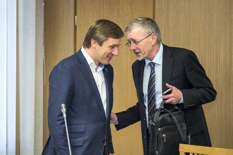 Valdančiųjų partijų lyderiai - Ramūnas Karbauskis (kairėje) ir Gediminas Kirkilas - baigia derinti atnaujintą koalicijos sutartį ir tikisi ją pasirašyti kitą savaitę. Juliaus Kalinsko (15min.lt) nuotr.