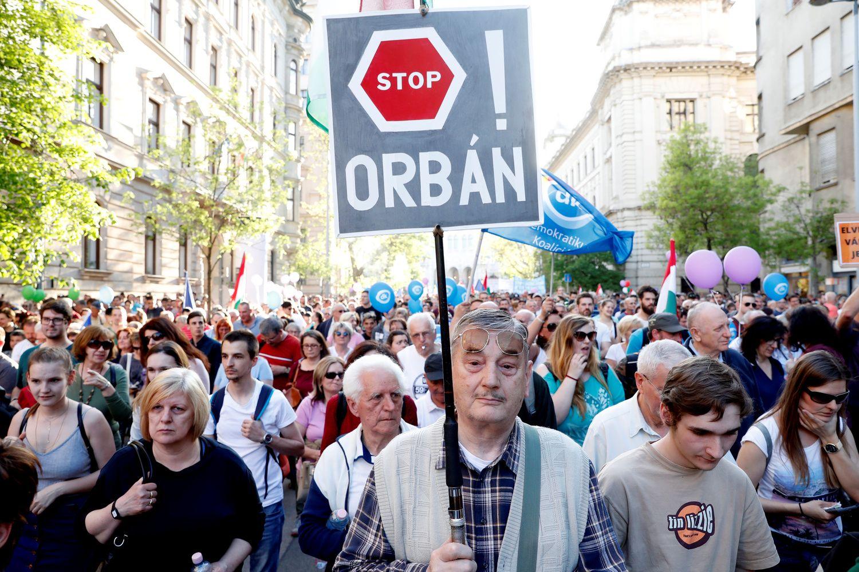 Tūkstančiai vengrų protestuoja prieš Viktoro Orbano valdžią