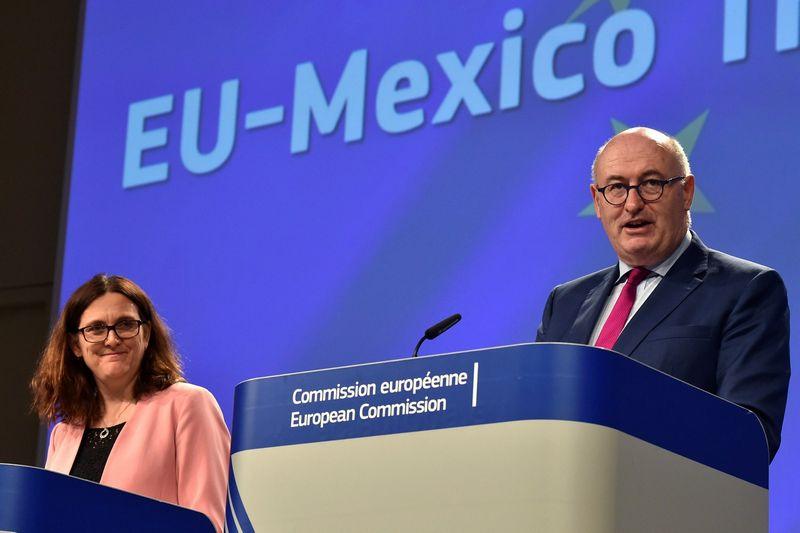 Eorokomisarai Cecilia Malmstrom ir Philas Hoganas. Erico Vidalio (Reuters / Scanpix) nuotr.