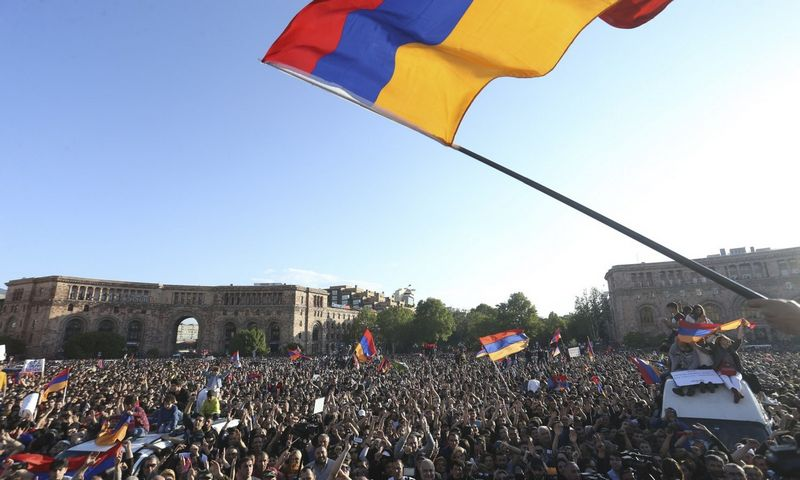 """Armėnijoje švenčiamas premjero Seržo Sargsiano pasitraukimas. Vahramo Baghdasariano (""""Photolure"""" / """"Reuters"""") nuotr."""