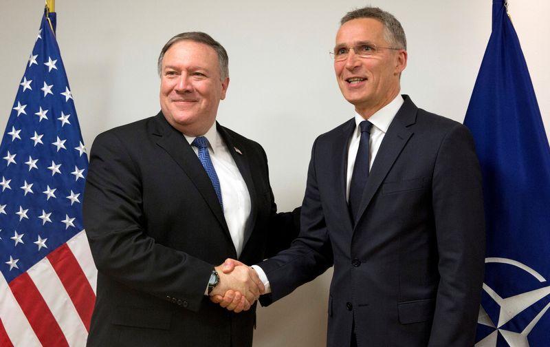 """NATO generalinis sekretorius Jensas Stoltenbergas ir JAV valstybės sekretorius Mike'as Pompeo. Virginios Mayo (""""Reuters"""" / """"Scanpix"""") nuotr."""