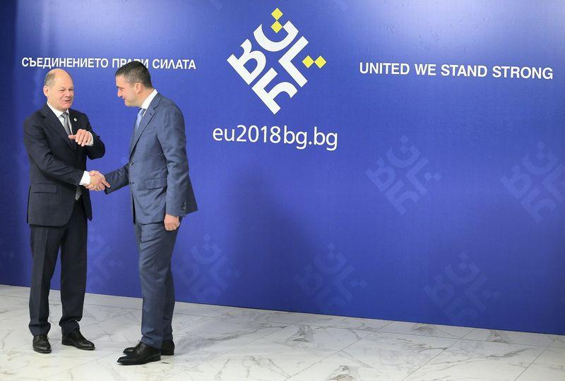"""Olafas Scholzas, Vokietijos finansų ministras, ir Vladislavas Goranovas, Bulgarijos finansų ministras susitikime Sofijoje. Stojano Nenovo (""""Reuters"""" / """"Scanpix"""") nuotr."""
