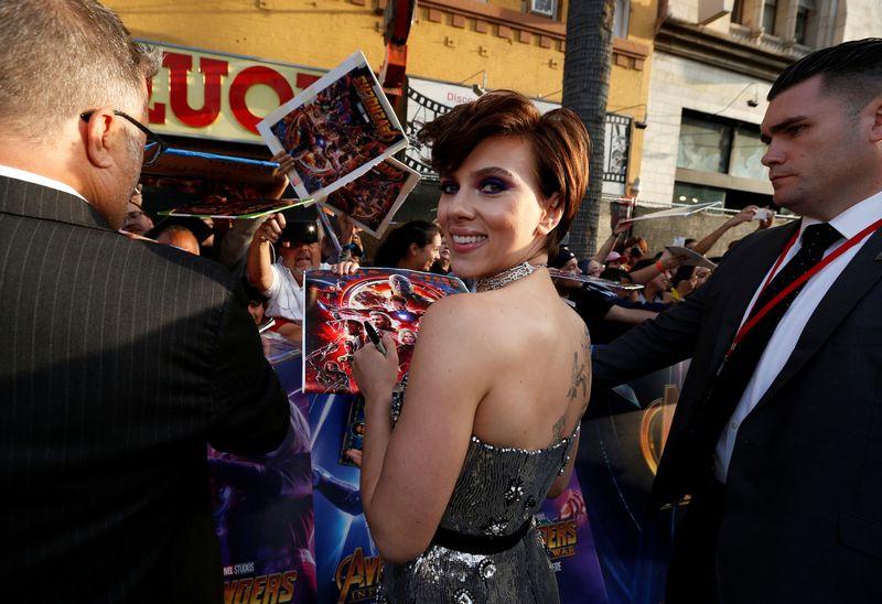 """Aktorė Scarlett Johansson filmo """"Keršytojai: begalybės karas"""" premjeroje Los Andžele. Mario Anzuoni (""""Reuters"""" / """"Scanpix"""") nuotr."""