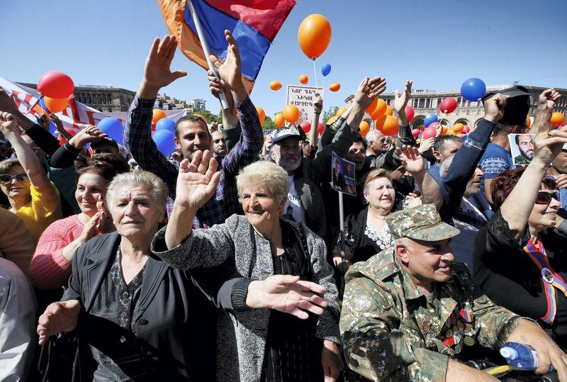 """Opozicijos lyderio Nikolo Pašiniano rėmėjai laukia rinkimų rezultatų. (""""reuters"""" / """"Scanpix"""") nuotr."""