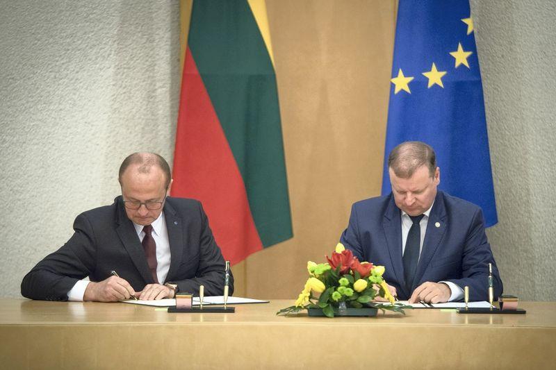 Bendradarbiavimo susitarimą pasirašė Ričardas Malinauskas, Lietuvos savivaldybių asociacijos prezidentas (kairėje), ir Saulius Skvernelis, ministras pirmininkas. Dariaus Janučio (Vyriausybės kanceliarija) nuotr.