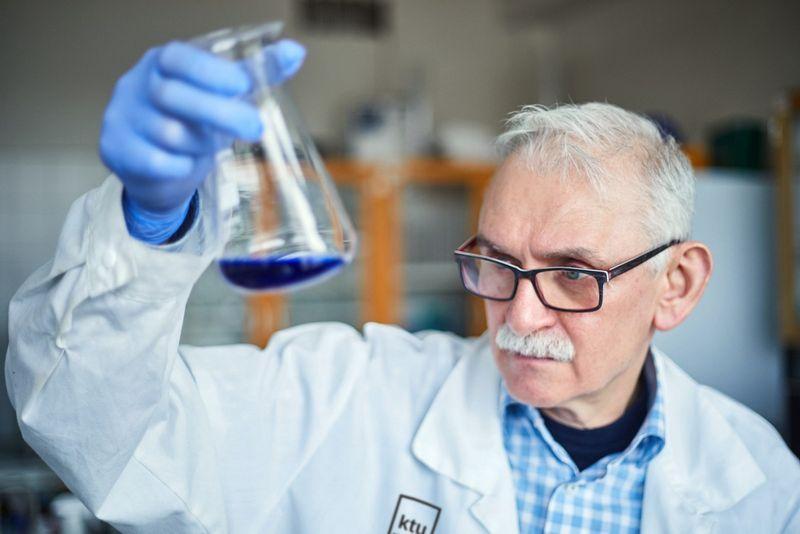 KTU Cheminės technologijos fakulteto (CTF) tyrėjas, docentas dr. Viktoras Račys.