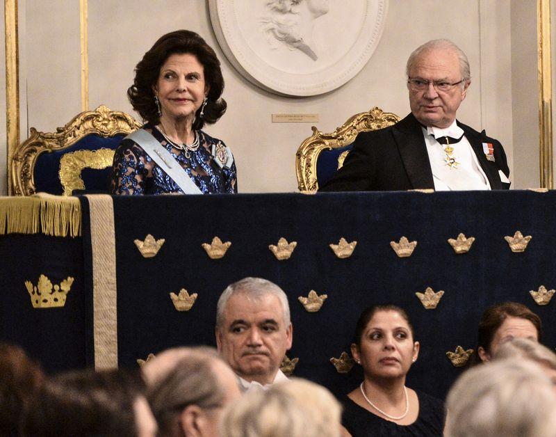 """Karalienė Silvia ir karalius Carlas Gustafas savo globojamos Švedijos akademijos metiniame susirinkime. Henriko Montgomery/""""Scanpix"""" nuotr."""