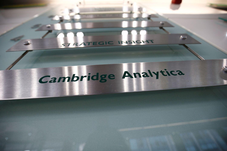 """Į skandalą įsivėlusi """"Cambridge Analytica"""" užsidaro"""