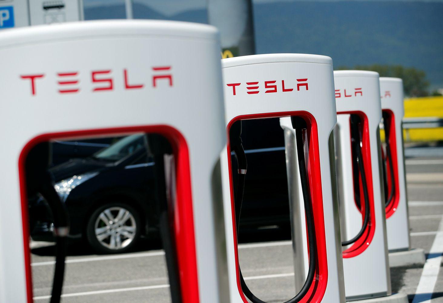 """""""Tesla"""" akcijos po rezultatų sumenko 5,6%"""