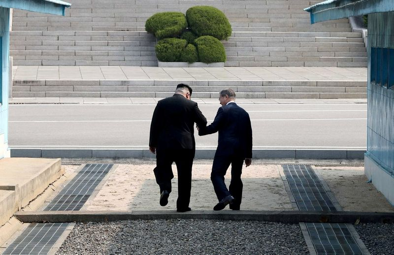 """Moon Jae-Ino ir Kim Jong Uno, Pietų ir Šiaurės Korėjos lyderių susitikimas Panmundžomo miestelyje demilitarizuotoje zonoje. """"Reuters"""" / """"Scanpix"""" nuotr."""