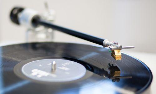 Antrinėje muzikos įrašų rinkoje išleidžiami šimtai milijonų
