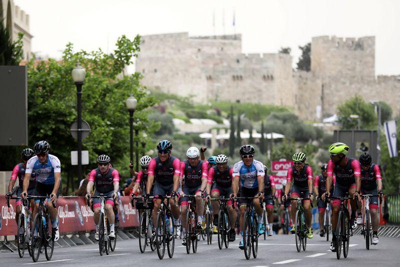 """""""Giro d'Italia"""" dalyviai važiuoja lenktynių atidarymo renginyje Jeruzalėje. Ammaro Awado (""""Scanpix"""" / """"Reuters"""") nuotr."""
