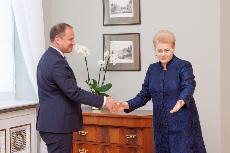 """LR prezidentė Dalia Grybauskaitė ir paskirtasis  žemės ūkio ministras Giedrius Surplys. Irmanto Gelūno (""""15min.lt"""" / """"Scanpix"""" ) nuotr."""