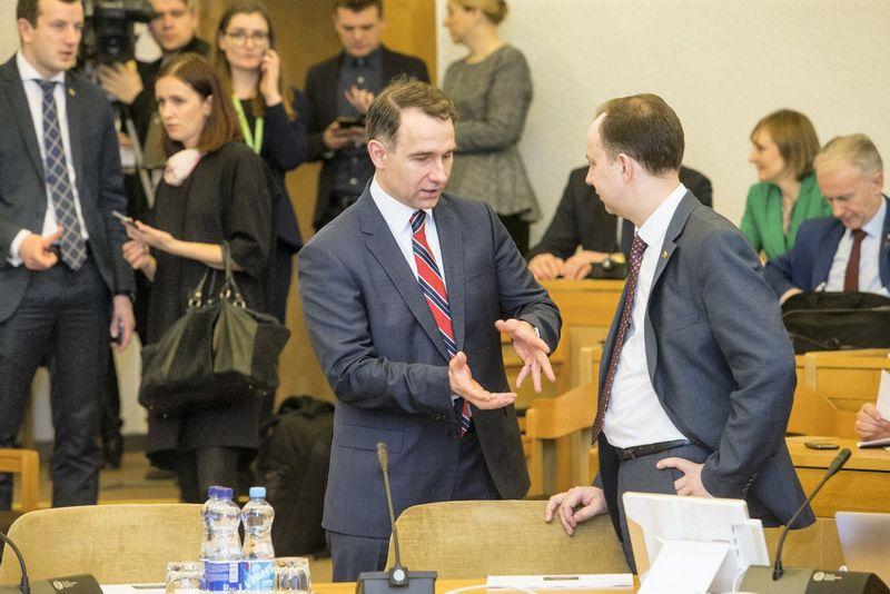 Susisiekimo ministras Rokas Masiulis (kairėje) ir sveikatos apsaugos ministras Aurelijus Veryga. Juditos Grigelytės (VŽ) nuotr.