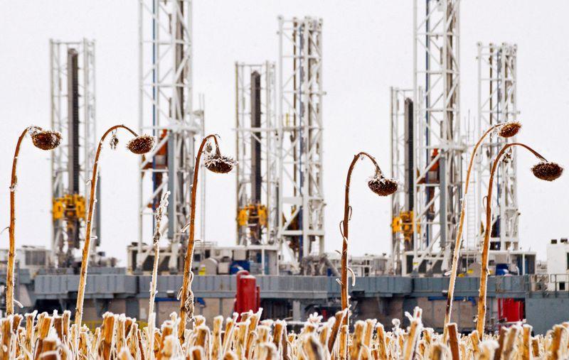 """Naftos rinkoje šiomis dienomis netrūksta veiksmo. Andrew Cullen (""""Reuters"""" / """"Scanpix"""") nuotr."""