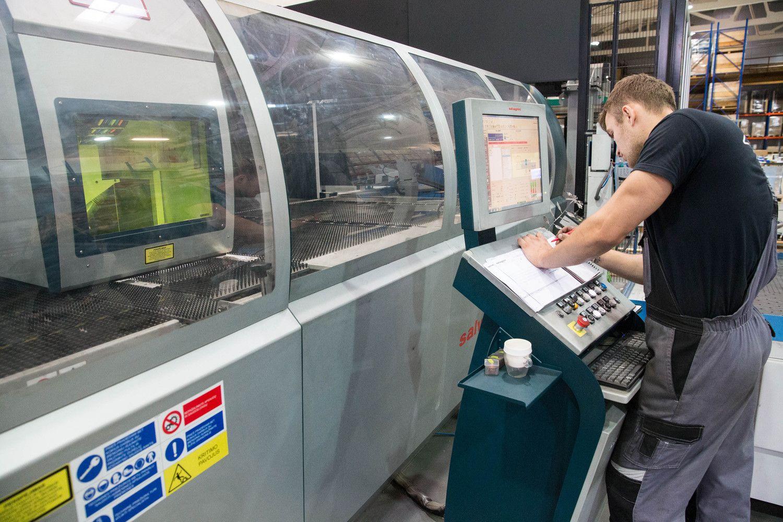 Darbuotojų stygių sprendžia investicijomis į įrangą arba atlyginimus