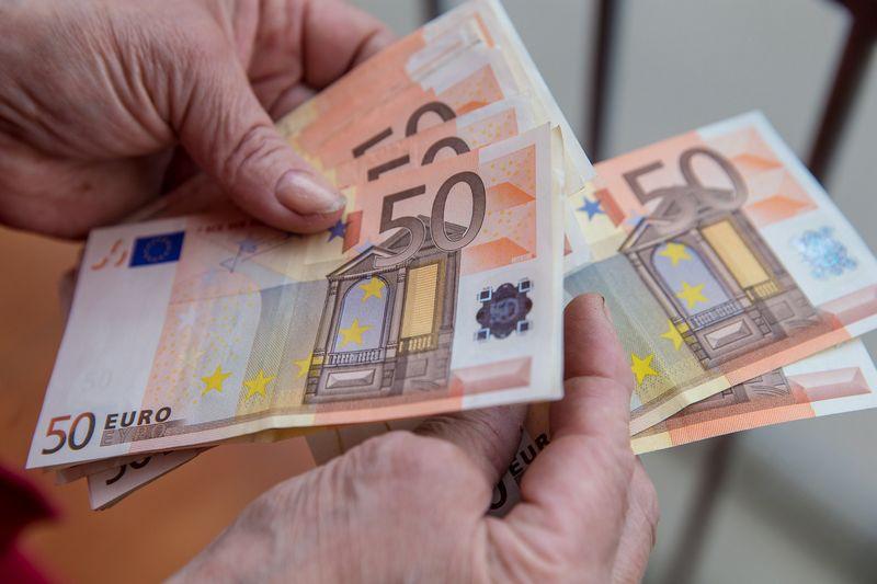 Skyrus tą pačią sumą darbuotojui motyvuoti, įvertinus visus kaštus, įmoka į pensijų fondą galėtų būti net 70% didesnė nei išmokant atlyginimo priedą į rankas. Vladimiro Ivanovo (VŽ) nuotr.