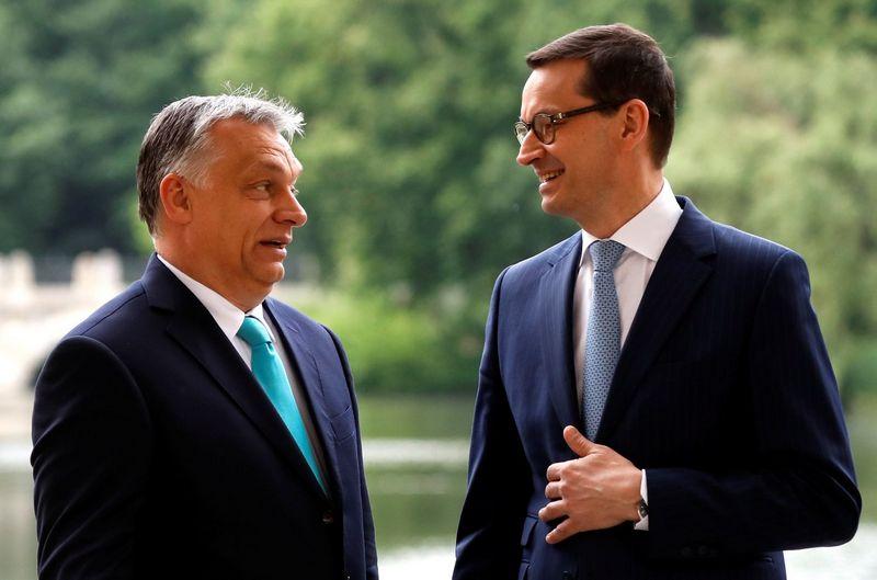 """Mateuszas Morawieckis, Lenkijos ministras pirmininkas, ir Viktoras Orbanas, Vengrijos premjeras, susitikime Varšuvoje. Kacpero Pempelo (""""Reuters"""" / """"Scanpix"""") nuotr."""