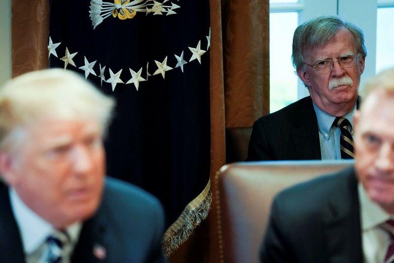 """Johnas Boltonas, Baltųjų rūmų nacionalinio saugumo patarėjas, ir Donaldas Trumpas, JAV prezidentas. Jonathano Ernsto (""""Reuters"""" / """"Scanpix"""") nuotr."""