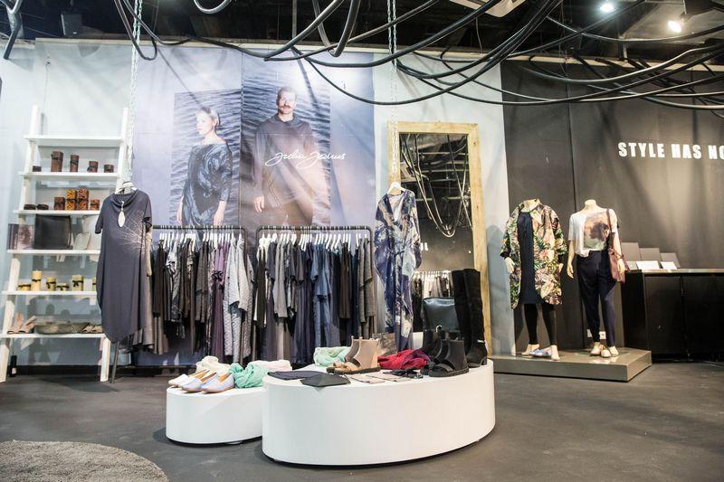"""UAB """"Julia Janus"""" uždaro 4 parduotuves, esančias Vilniaus, Kauno ir Klaipėdos prekybos centruose."""