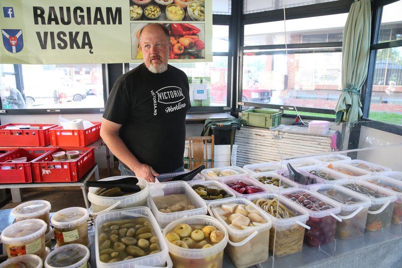 """Edvardas Abukauskas, ūkio """"Raugiam viską"""" savininkas: """"Kurdami raugimo receptus, eksperimentuoti nebijome – pirkėjams tai patinka."""" Vladimiro Ivanovo (VŽ) nuotr."""