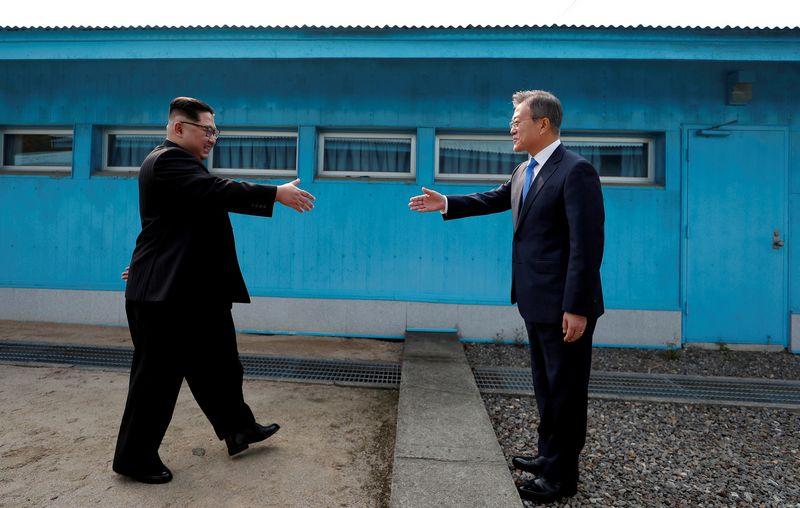 """Šiaurės Korėjos lyderis Kim Jong Unas ir Pietų Korėjos prezidentas Moon Jae Inas (""""Reuters"""" / """"Scanpix"""") nuotr."""