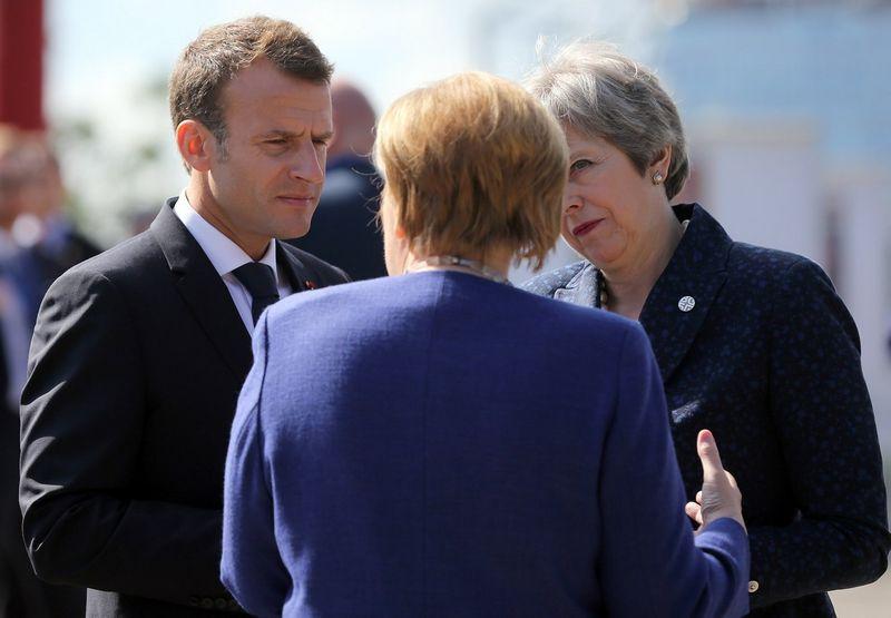 """Theresa May, JK premjerė, su Angela Merkel, Vokietijos kanclere, bei Emmanueliu Macronu, Prancūzijos vadovu. Stojano Nenovo (""""Reuters"""" / """"Scanpix"""") nuotr."""