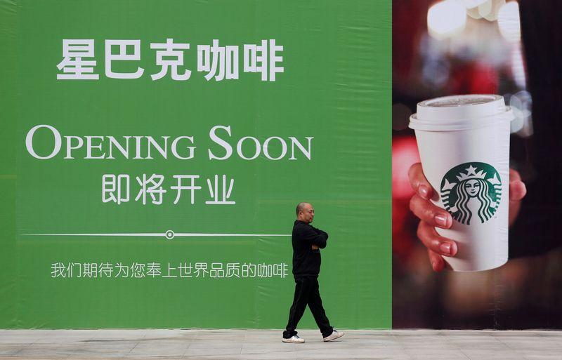 """""""Starbucks"""" kavinė Kinijoje. Darley Sheno (""""Reuters"""" / """"Scanpix"""") nuotr."""