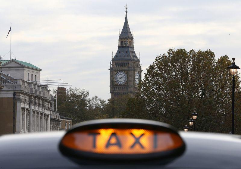 """Darbuotojas gali atnešti 120 Eur čekį už kelionę taksi ir darbdavys turės apmokėti. Neilo Hallo (""""Reuters"""" / """"Scanpix"""") nuotr."""