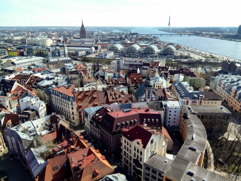 Latvija surenka dešimtis milijonų akcizųiš perkančių alkoholį pasienyje