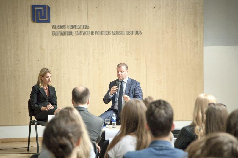 Premjeras Saulius Skvernelis dalyvavo diskusijoje Vilniaus universiteto Tarptautinių santykių ir politikos mokslų institute. Dariaus Janučio (LR Vyriausybės kanceliarija) nuotr.