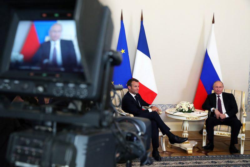 "Emmanuelis Macronas ir Vladimiras Putinas per bendrą spaudos konferenciją.  Mikhailo Klimentyevo (""Reuters"" / ""Scanpix"") nuotr."