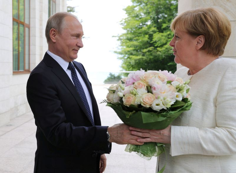"""Rusijos prezidentas Vladimiras Putinas ir Vokietijos kanclerė Angela Merkel. Michailo Klimentjevo (""""Reuters"""" / """"Scanpix"""")  nuotr."""