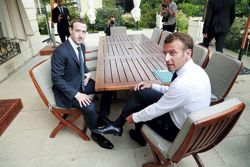 """""""Prancūzija palaiko griežtą reguliavimą, ir šis susitikimas to nepakeis. Aš čia ne tam, kad atleisčiau kažkieno nuodėmes"""", – kalbėdamas su """"Facebook"""" vadovu, pareiškė Prancūzijos prezidentas. Christophe Petit Tesson (""""Scanpix""""/""""Reuters"""") nuotr."""