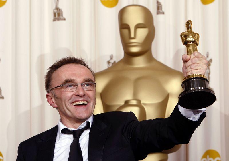 """""""Oskaro"""" statulėlę režisierius Danny Boyle'as pelnė už filmą """"Lūšnynų milijonierius"""". Mike'o Blake'o (""""Reuters"""" / """"Scanpix"""") nuotr."""