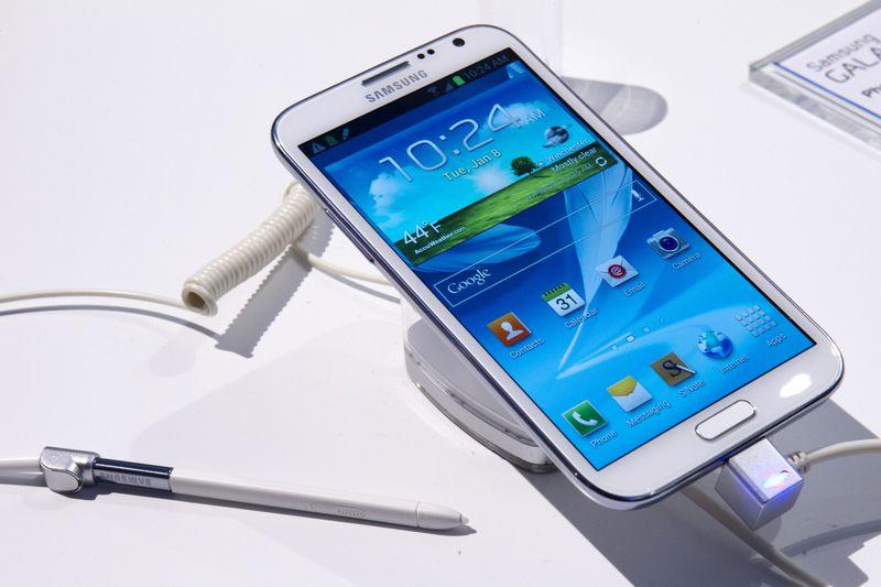 """Samsung""  išmanusis telefonas. Steve'o Marcuso (""Reuters"" / ""Scanpix"") nuotr."