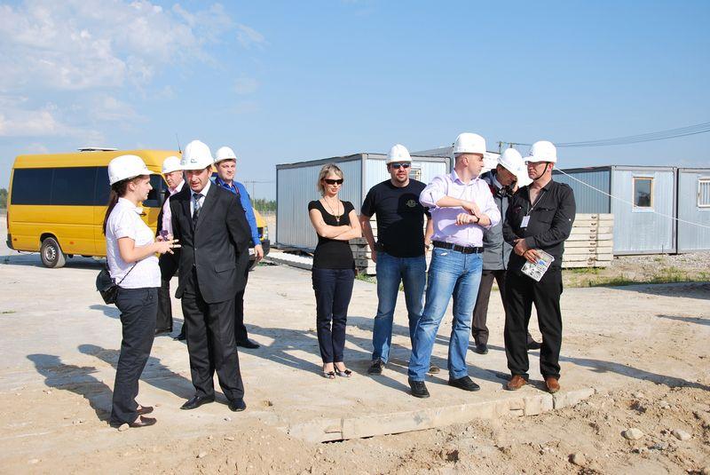 2012 m. BAE statybvietėje: viduryje – vilkintis tamsiais marškinėliais ir su akiniais nuo saulės Rusijos ir Baltijos medijų centro vadovas Igoris Pavlovskis. Ryto Staselio nuotr.