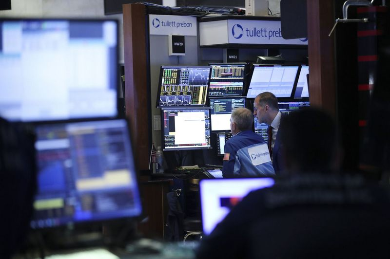 (180521) -- NEW YORK, May 21, 2018 (Xinhua) -- Traders work at the New York Stock Exchange in New York, the United States, on May 21, 2018. U.S. stocks closed higher on Monday. The Dow rose 1.21 percent to 25,013.29, and the S&P 500 rose 0.74 percent to 2,733.01, while the Nasdaq increased 0.54 percent to 7,394.04. (Xinhua/Wang Ying)  - Wang Ying -//CHINENOUVELLE_CHINE012504/Credit:CHINE NOUVELLE/SIPA/1805220847